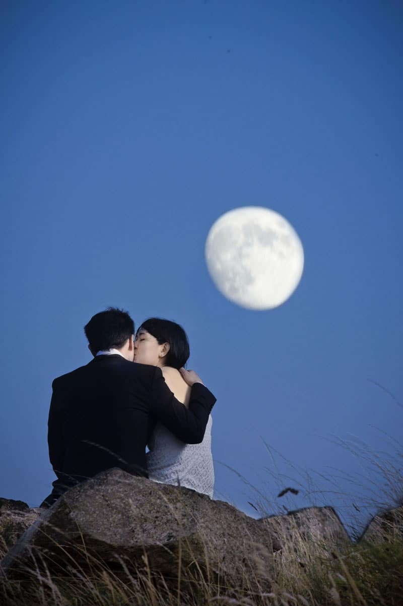 Engagement shoot: Kissing under the moon