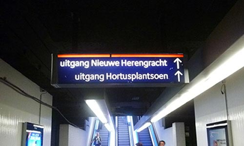 Metro instructions are in Dutch too