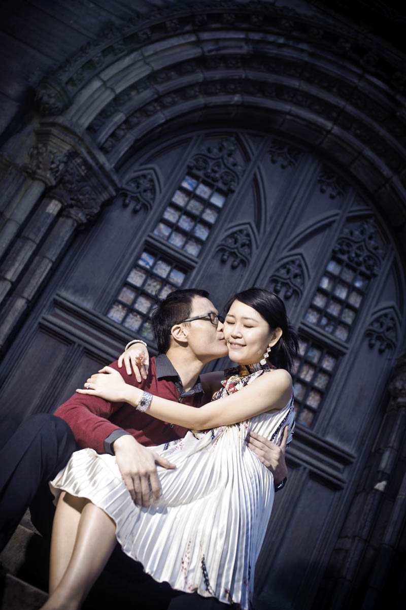 Engagement shoot: Gentle kiss (St Giles' Cathedral)